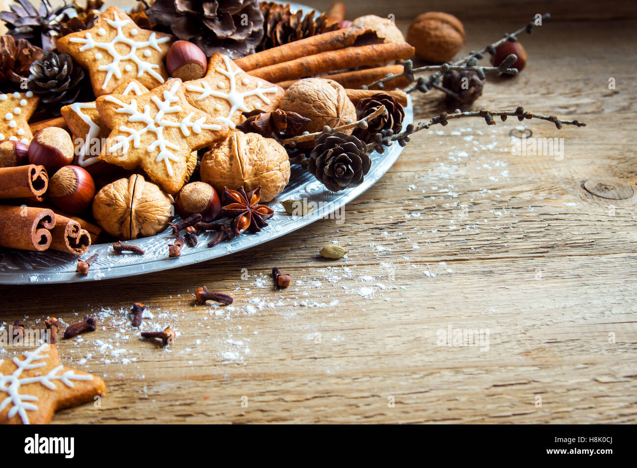 Decorazioni di Natale con fatti in casa gingerbread cookies stelle, coni, i dadi e le spezie di Natale su legno Immagini Stock