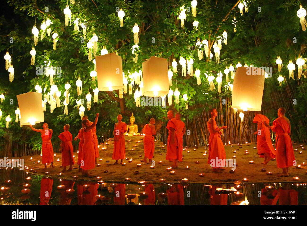 Chiang Mai, Thailandia. Il 14 novembre 2016. I monaci celebrano il Loy Krathong festival presso Wat Phan Tao tempio, Immagini Stock