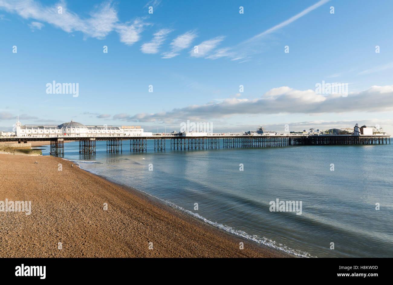 Vista del Molo di Brighton (era il Palace Pier) sulla spiaggia di Brighton su una tranquilla giornata di sole, Sussex, Immagini Stock