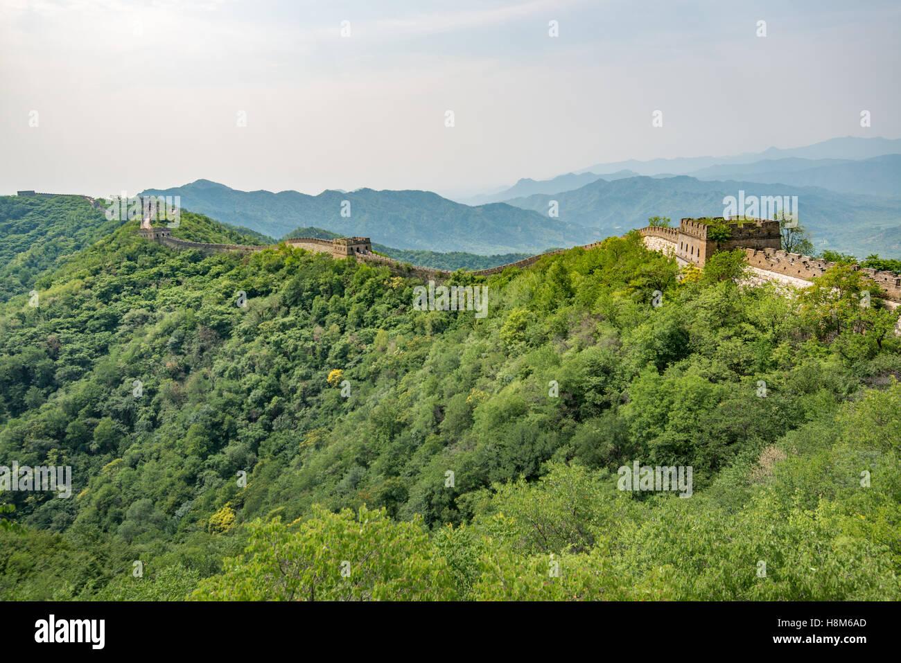 Mutianyu, Cina - Vista del paesaggio della Grande Muraglia Cinese. La parete si estende per oltre 6 mila chilometri Immagini Stock