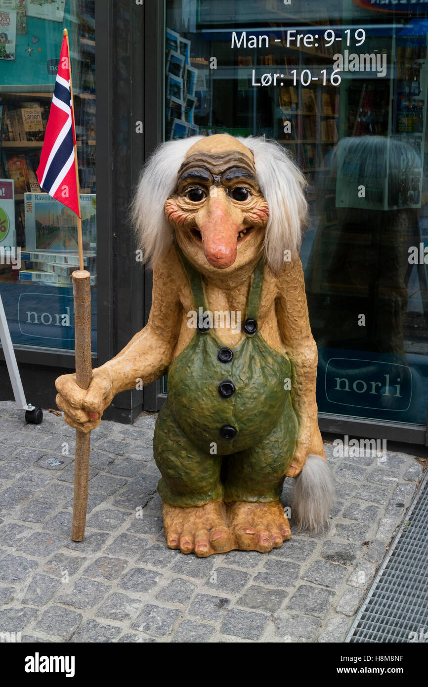 Troll doll come annuncio nella parte anteriore del negozio, Kristiansand, Norvegia Immagini Stock