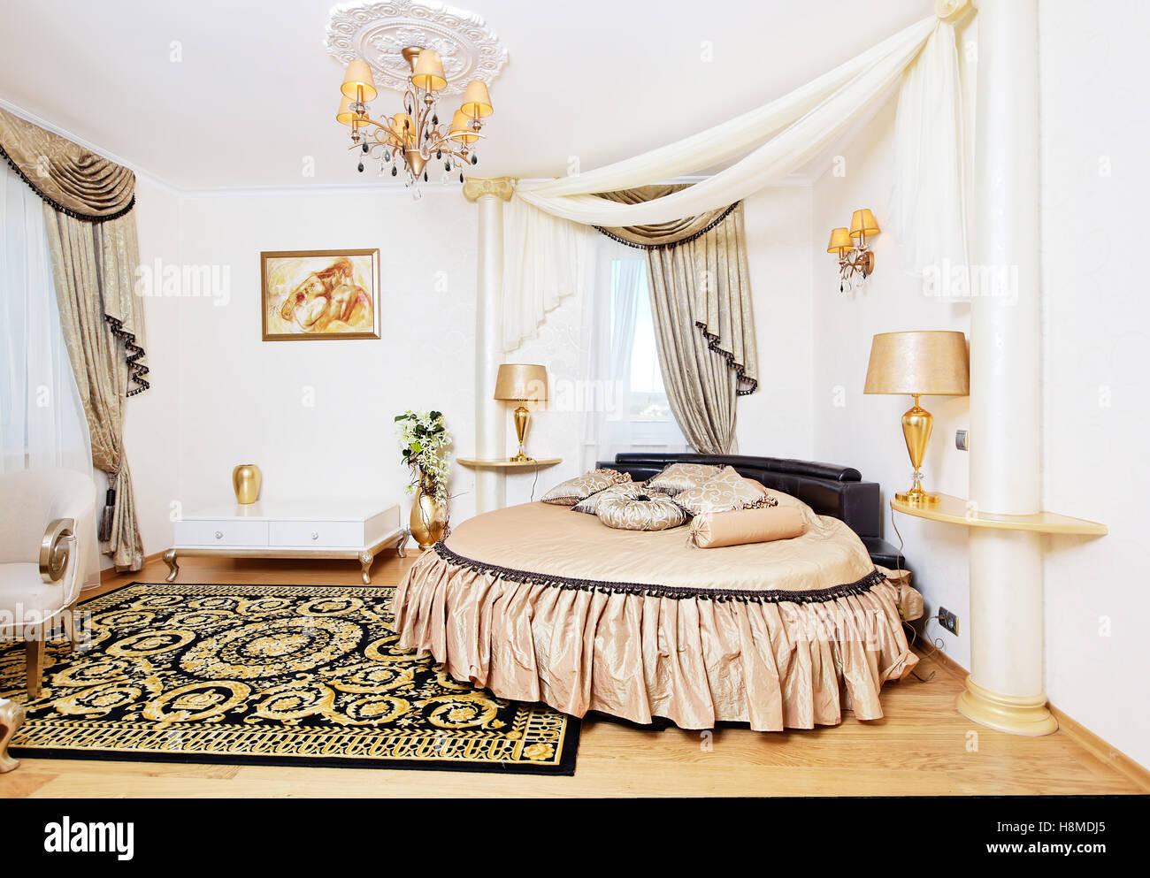 Golden peste interiore camera da letto con letto rotondo e ...