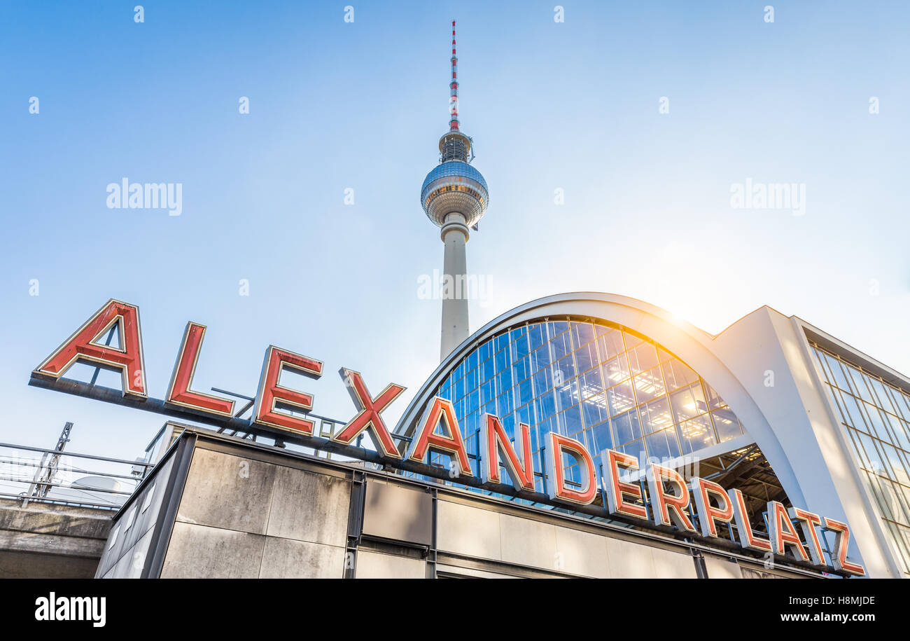 Classic ampio angolo di vista di Alexanderplatz insegna al neon con la famosa torre della televisione e la stazione Immagini Stock