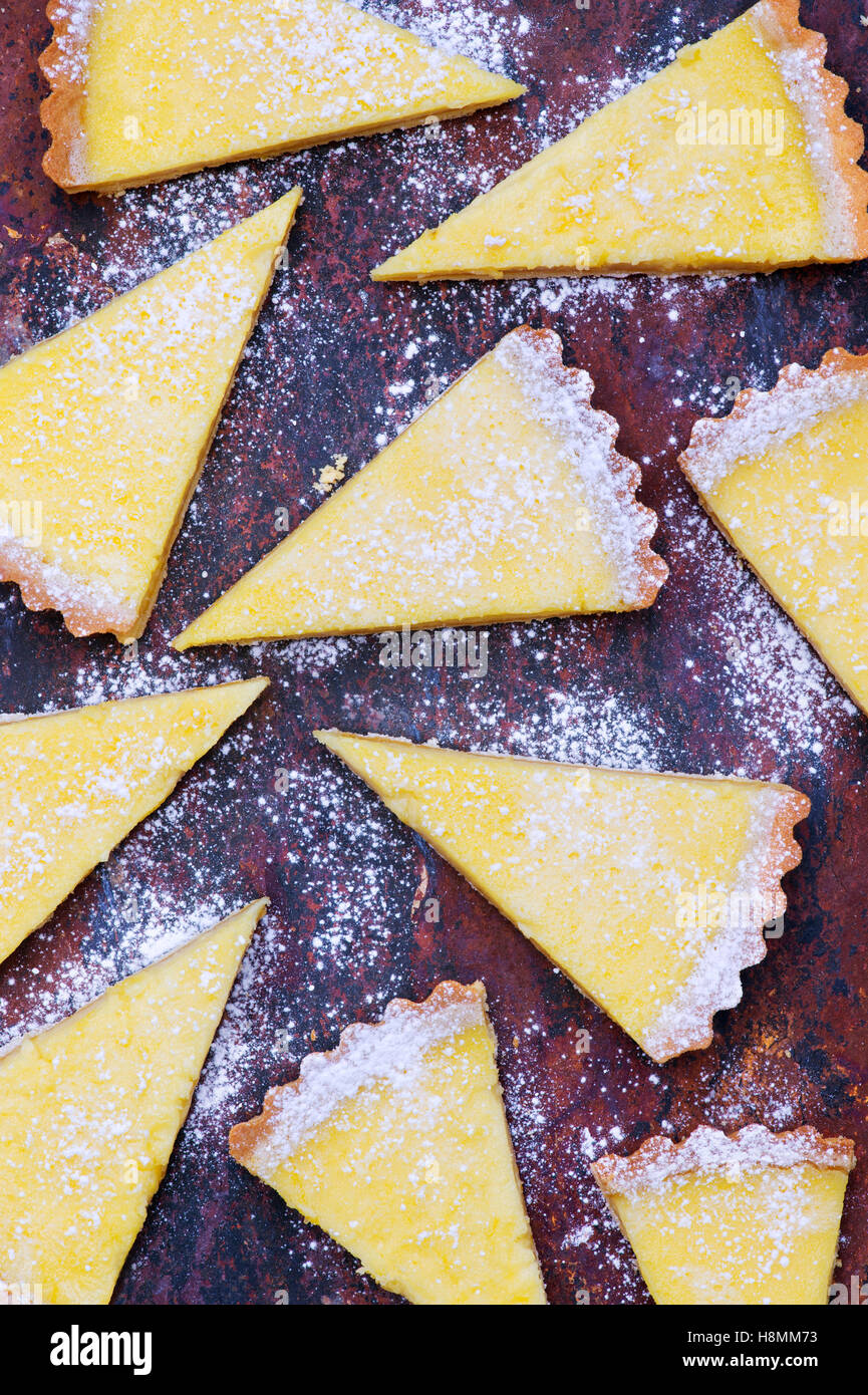 Fatti in casa crostata al limone le fette su ardesia Immagini Stock