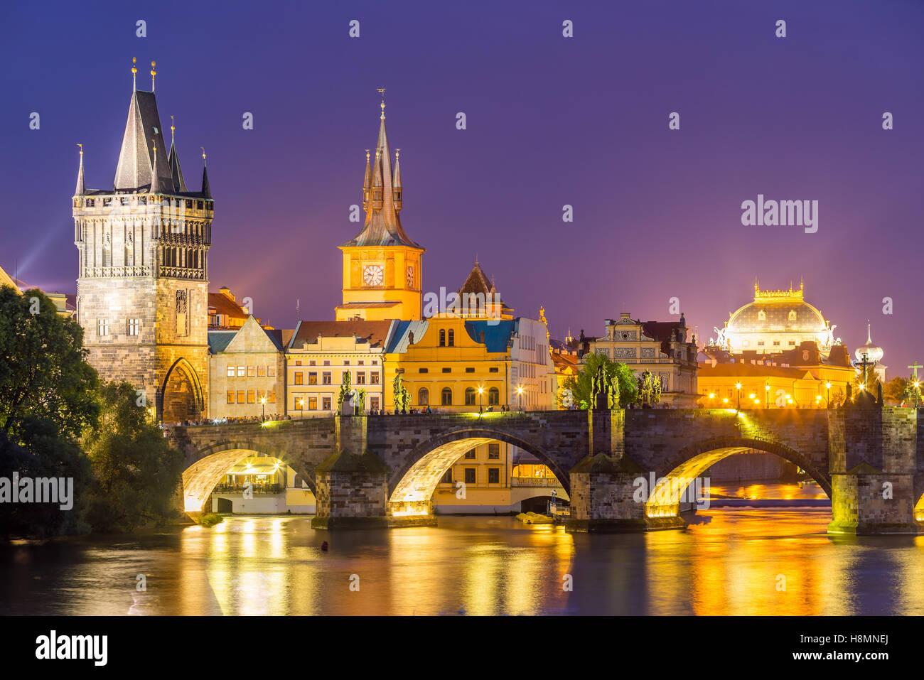 Vista sul fiume Moldava e il Ponte Carlo al tramonto Praga Repubblica Ceca Europa Foto Stock