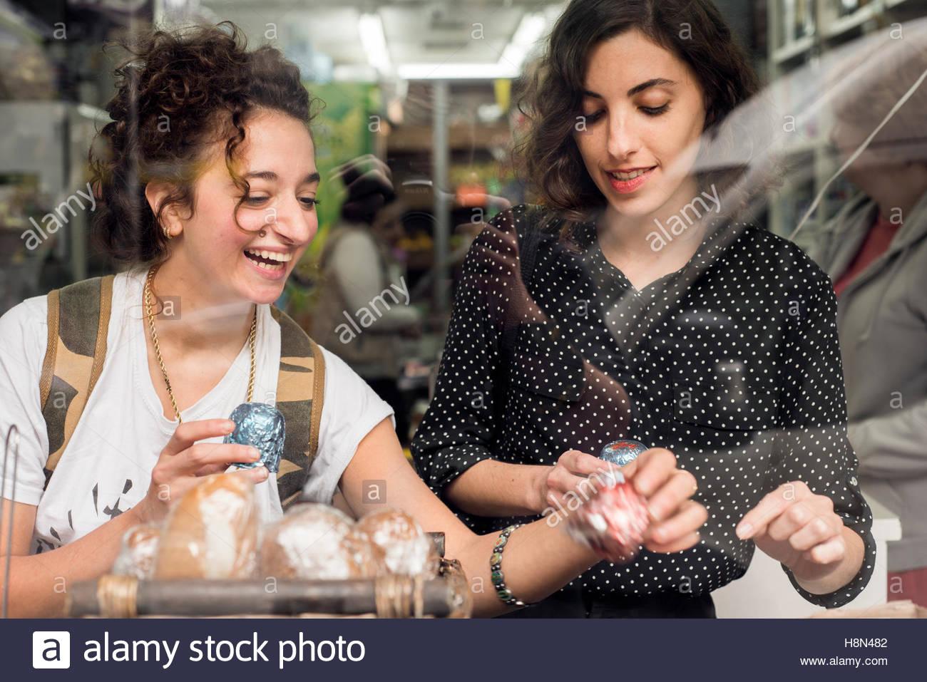 Due donne la scelta di cibo Immagini Stock