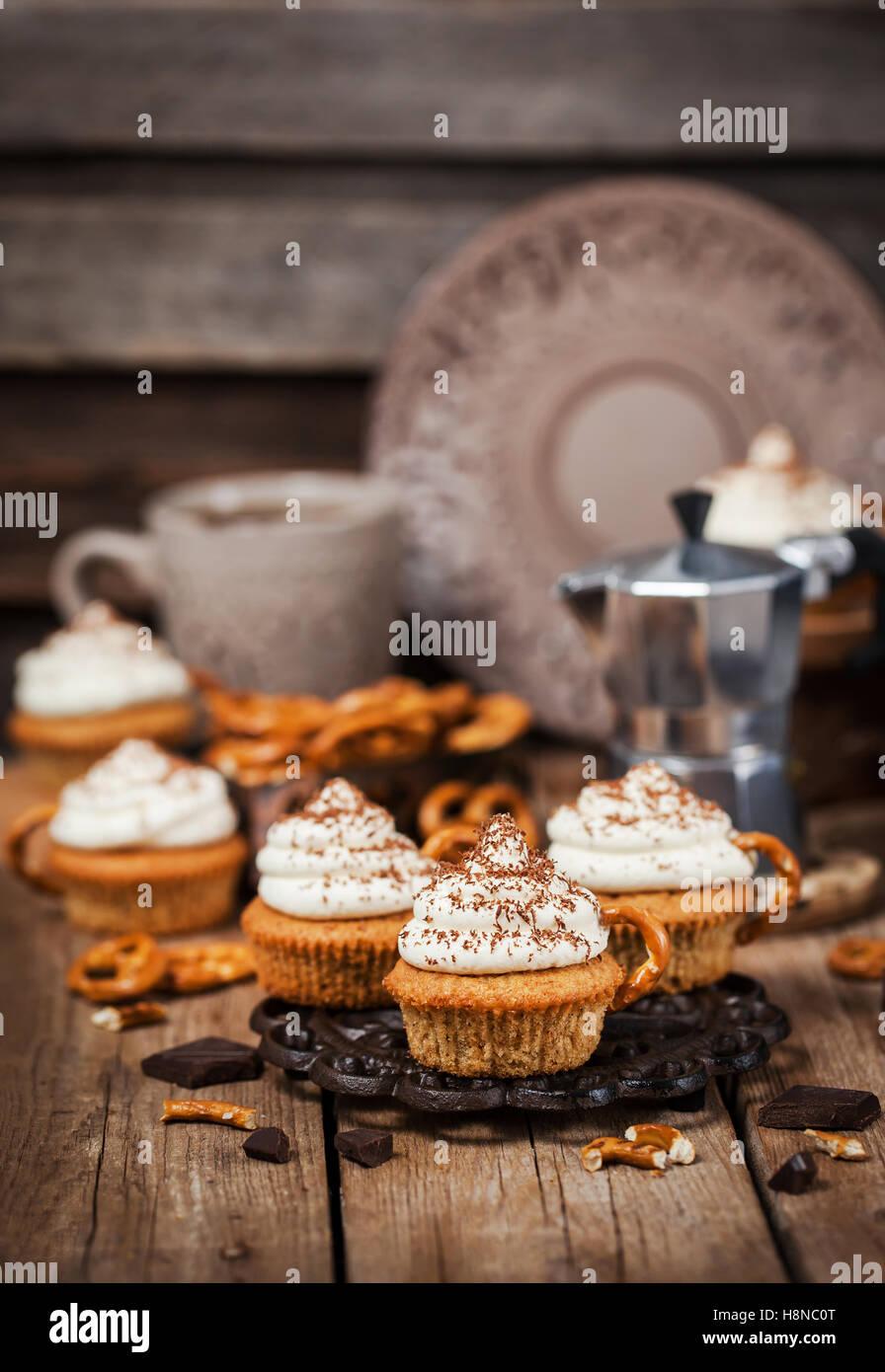 Un delizioso caffè tortine decorato come una tazza cappuccino Immagini Stock