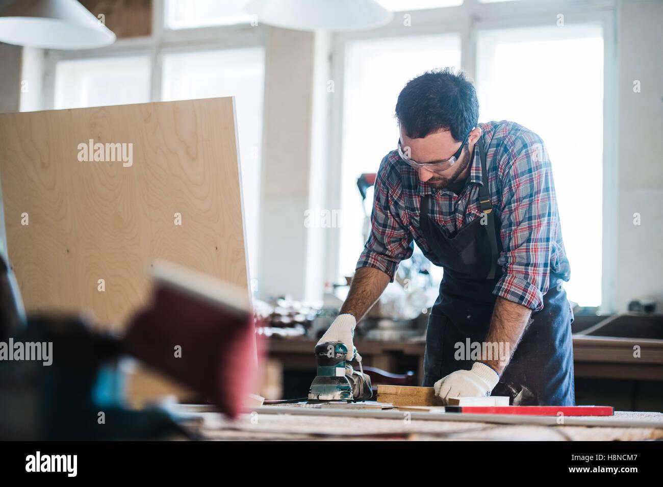 Lavoratore di grind il legno angolare di macchina di molatura Immagini Stock