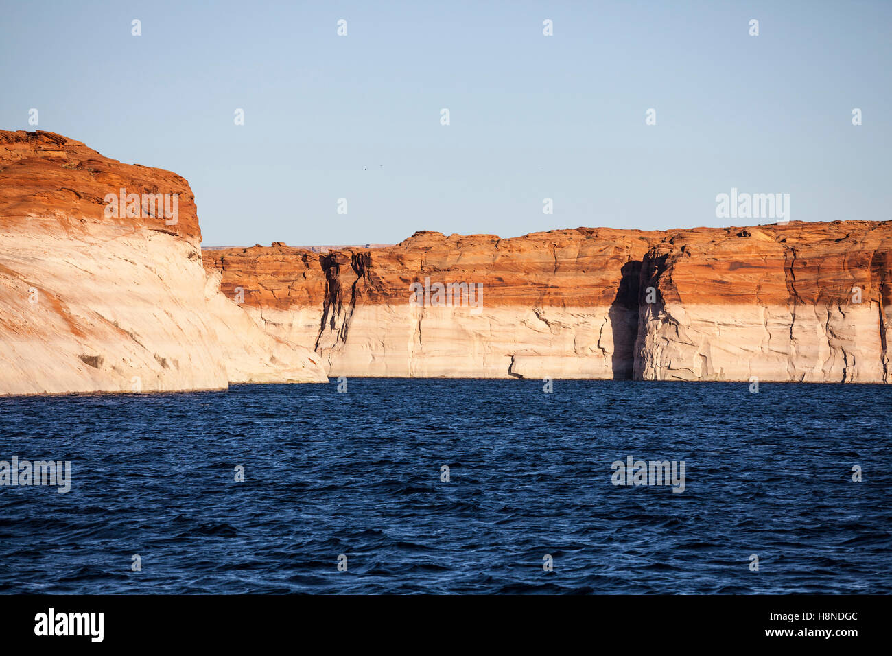Acqua bassa vasca anello su scogliere di arenaria attorno al lago Powell in Glen Canyon National Recreation Area Immagini Stock