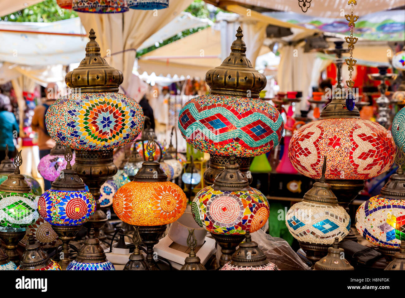 Visualizzazione Delle Lampade Orientali Su Un Mercato In Stallo