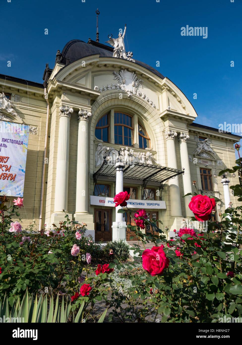 Rose rosse con Chernivtsi Teatro Ucraina anteriore Chernivtsi Teatro in background. Oblast di Chernivtsi Ucraina Foto Stock