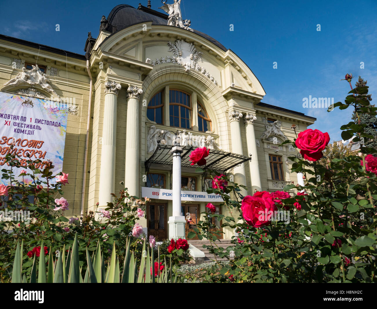Rose rosse con Chernivtsi Teatro Ucraina anteriore Chernivtsi Teatro in background. Oblast di Chernivtsi Ucraina Foto Stock
