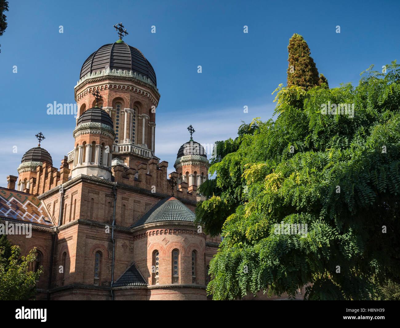 La torre a forma di cupola di chernivtsi National University in chernivtsi ucraina con alberi autunnali Foto Stock
