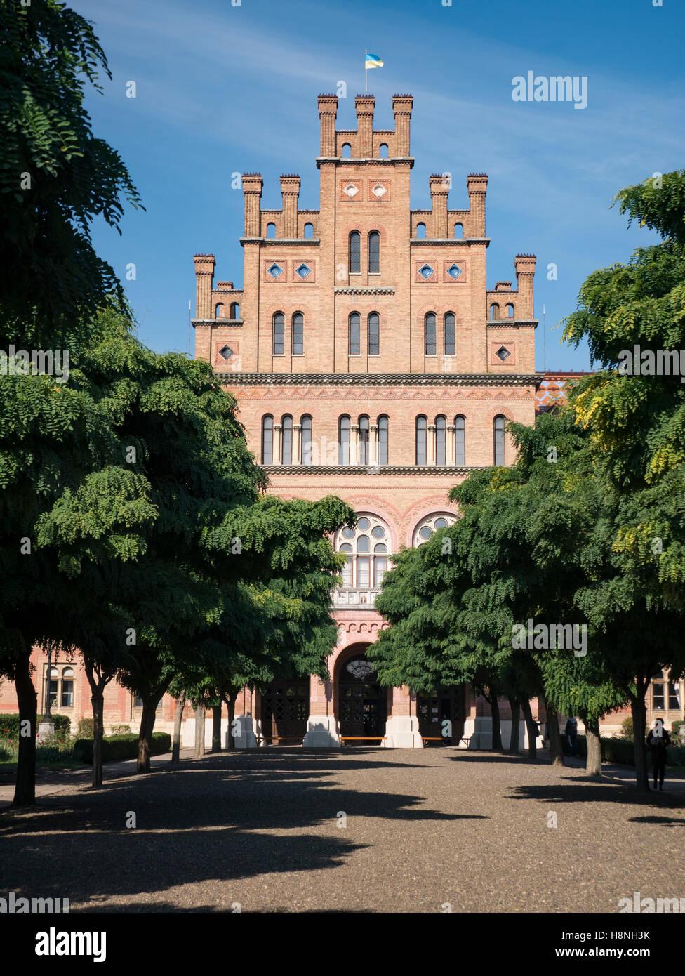 Vista frontale di chernivtsi università nazionale attraverso un viale di alberi autunnali Foto Stock