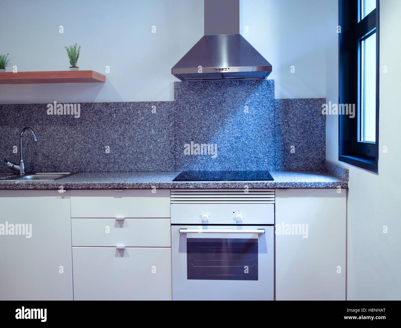 Parte anteriore di un piccolo appartamento cucina con mobili bianchi ...