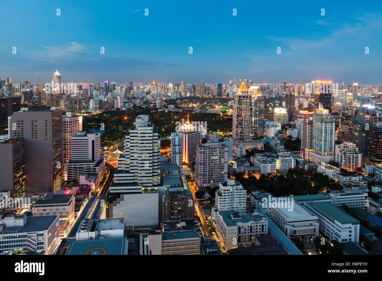 Bangkok vista notturna con grattacielo nel quartiere degli affari di Bangkok in Thailandia. Immagini Stock