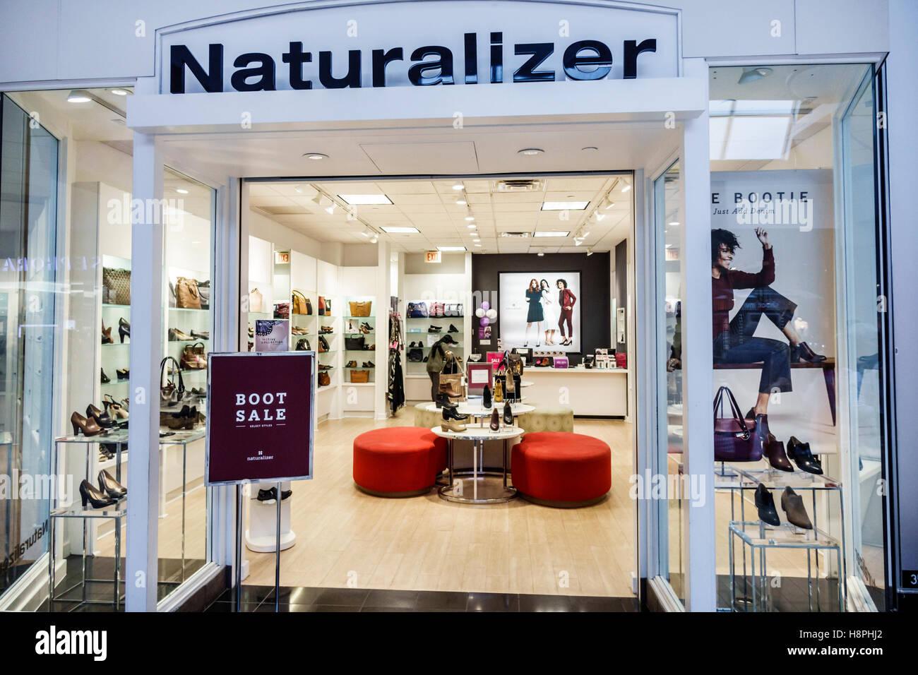 9744d0eadf7a5 Miami Florida International Mall Shopping Naturalizer display vendita scarpe  donna borse ingresso anteriore Immagini Stock
