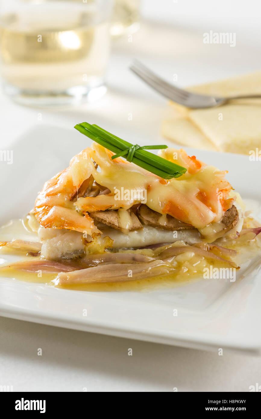 Filetto di sogliola con funghi, gamberi, cipolle e formaggio Immagini Stock