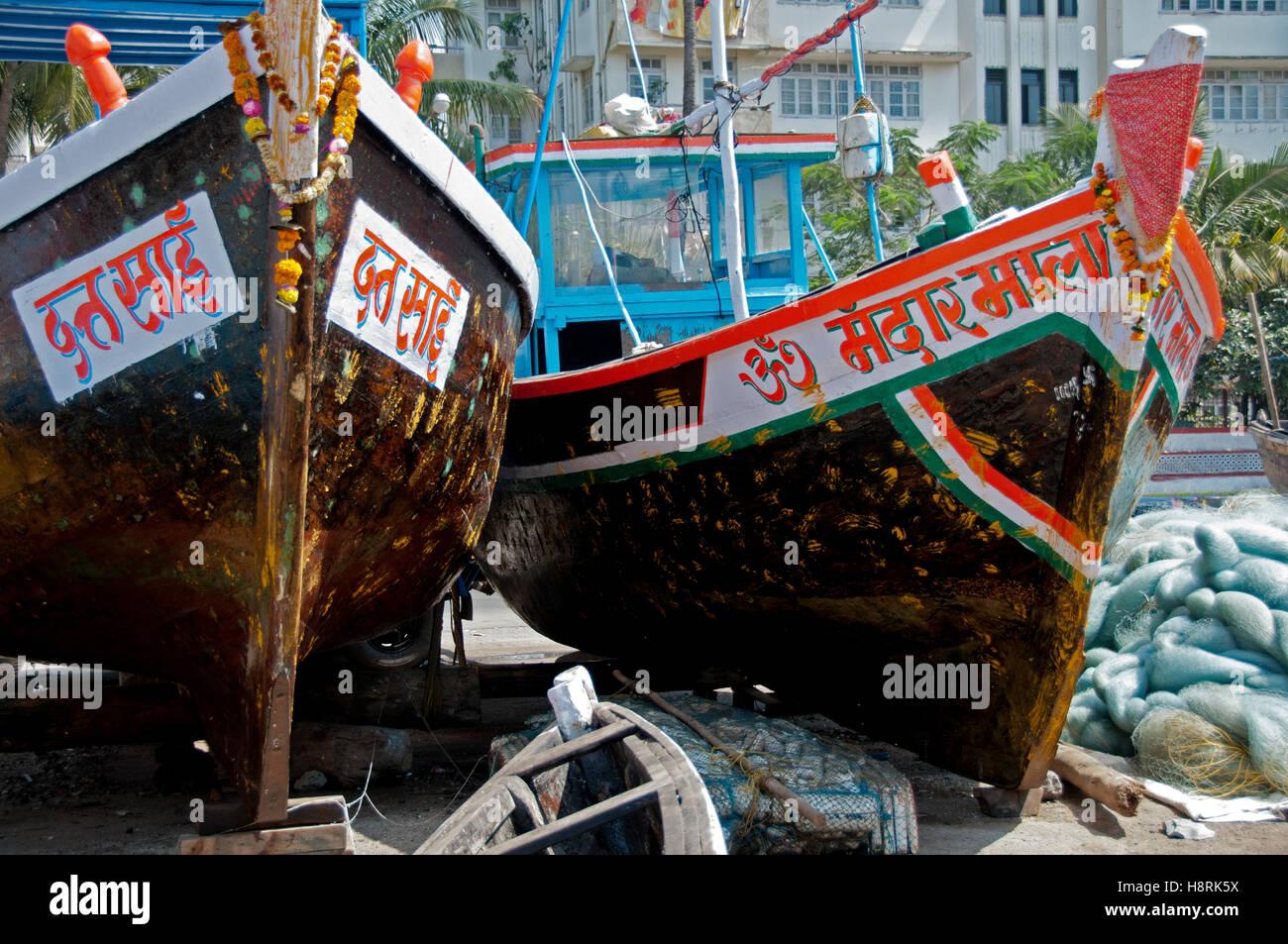 Barche da pesca closeup su blocchi visualizzando i nomi delle barche e il design degli scafi. Questo villaggio di Immagini Stock