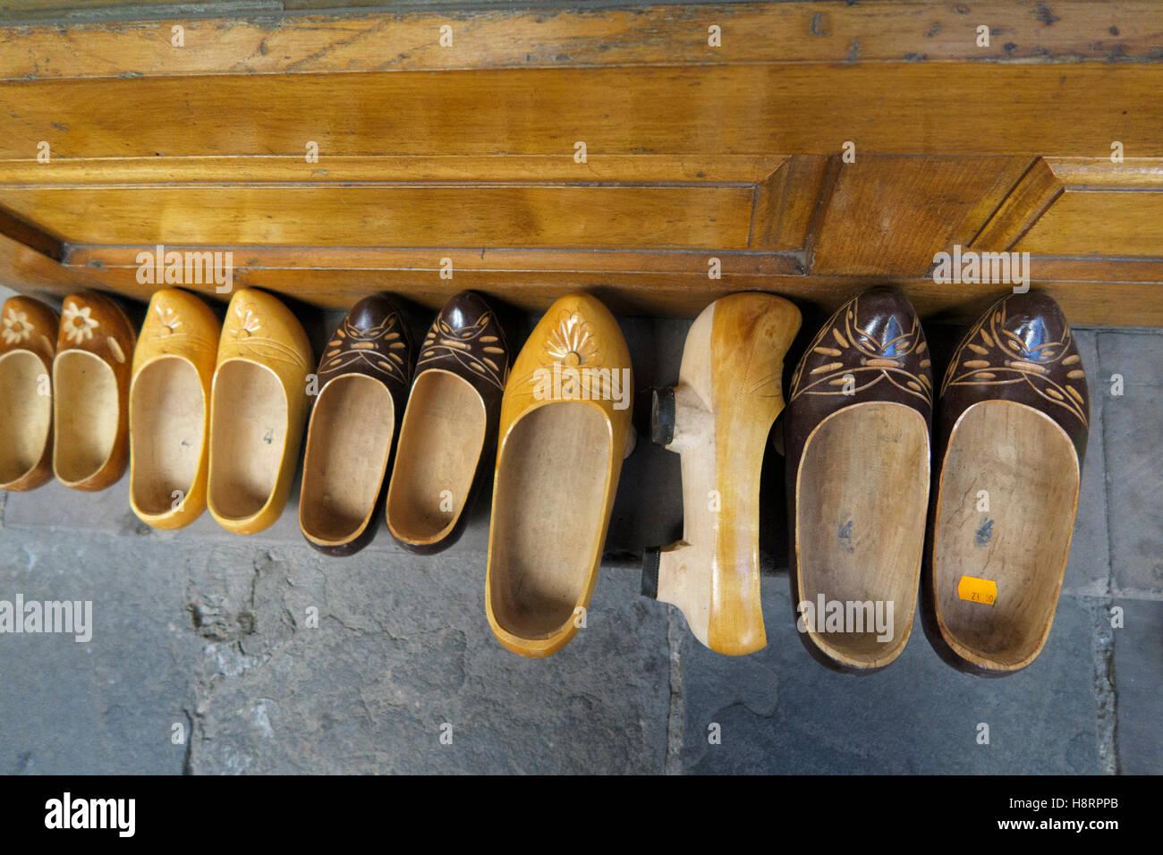 Zoccoli di legno a fianco a fianco Immagini Stock