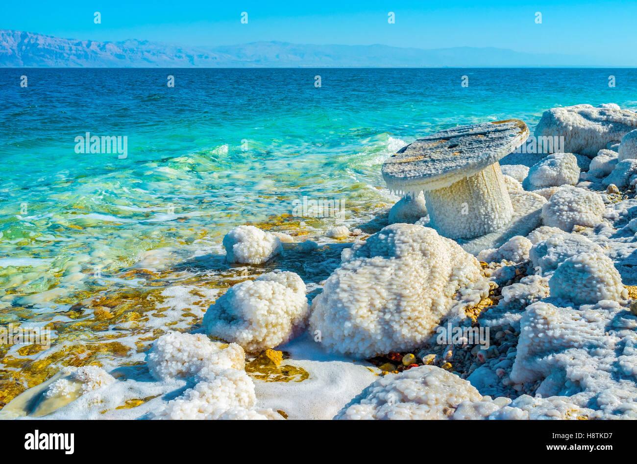 Il Mar Morto è il confine naturale tra la Giordania a est e Israele e Palestina a ovest, Ein Gedi, Israele. Foto Stock