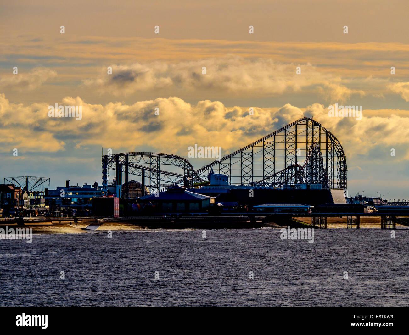 Big Dipper, piacere spiaggia al tramonto, Blackpool, Lancashire, Regno Unito. Immagini Stock