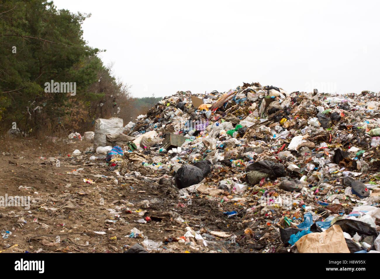 Discarica in Ucraina, pile di plastica oggetto di dumping . Le strade lungo i rifiuti inorganici accozzaglia Immagini Stock