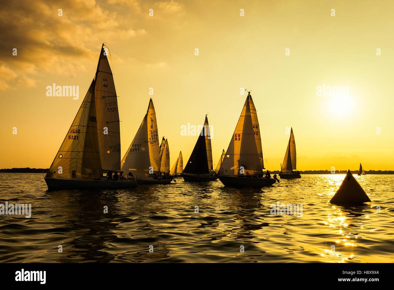 Neenah, WI - 2 Agosto 2016: Barche a vela in gara una gara stagionale che si tiene ogni sera Tuessday durante l'estate Immagini Stock