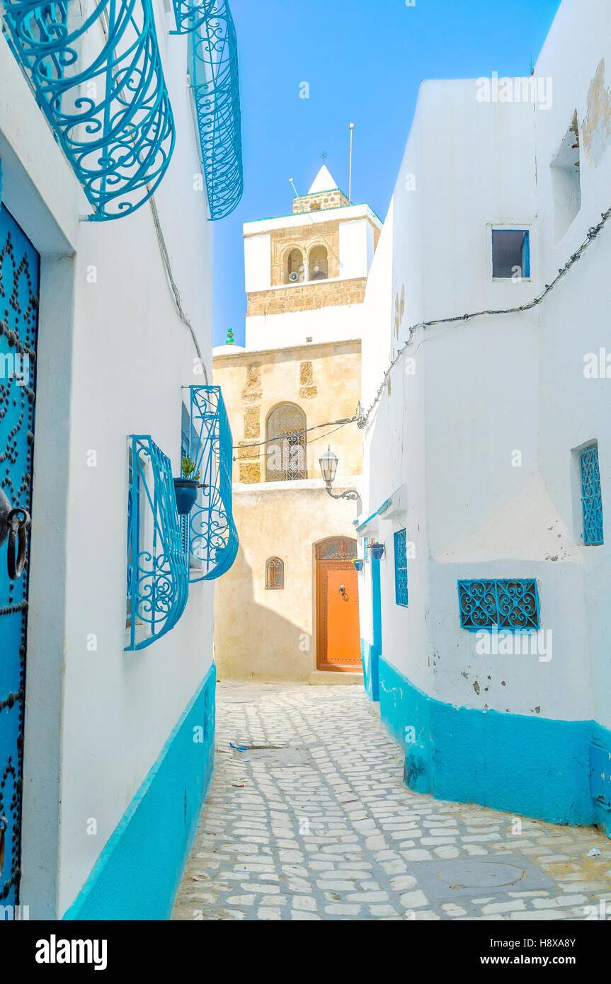 La vista sul vecchio minareto dalla strada stretta di Medina, Bizerta, Tunisia. Immagini Stock