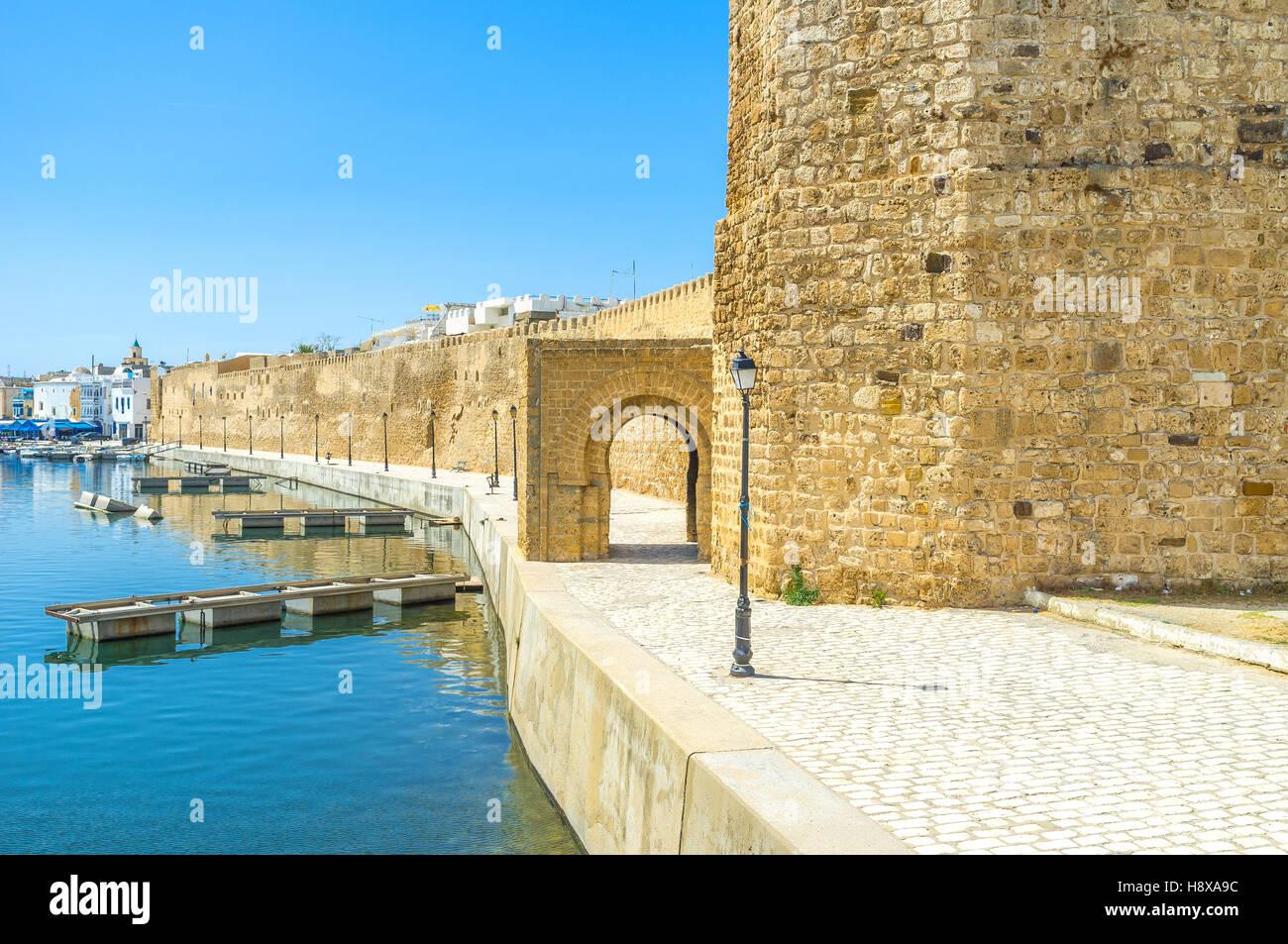 Il cantiere navale di pesca vicini con la cittadella medioevale di Kasbah, Bizerte, Tunisia. Immagini Stock