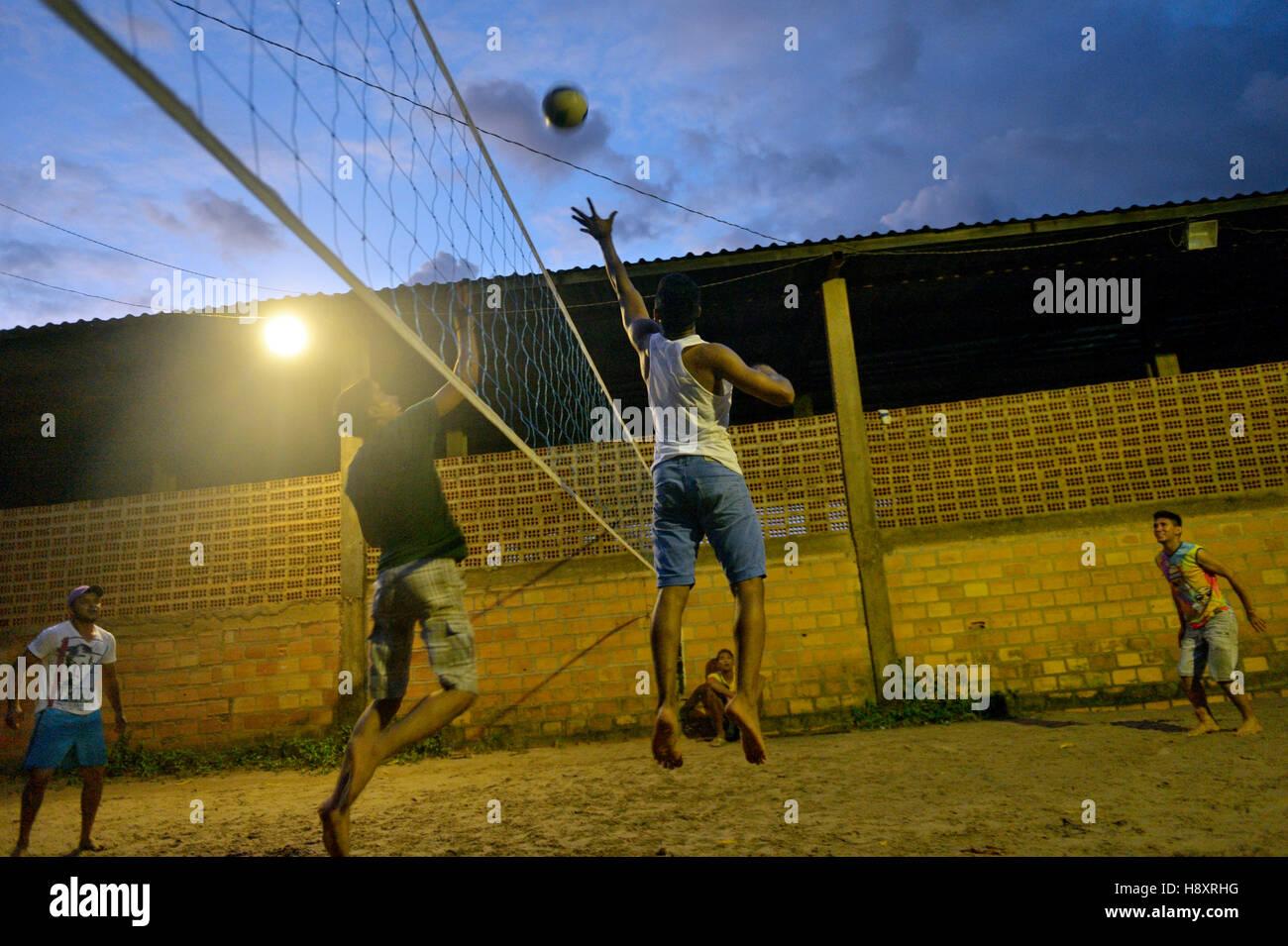 Giovani giocando a pallavolo, sera, Trinta, Itaituba distretto, Pará, Brasile Immagini Stock
