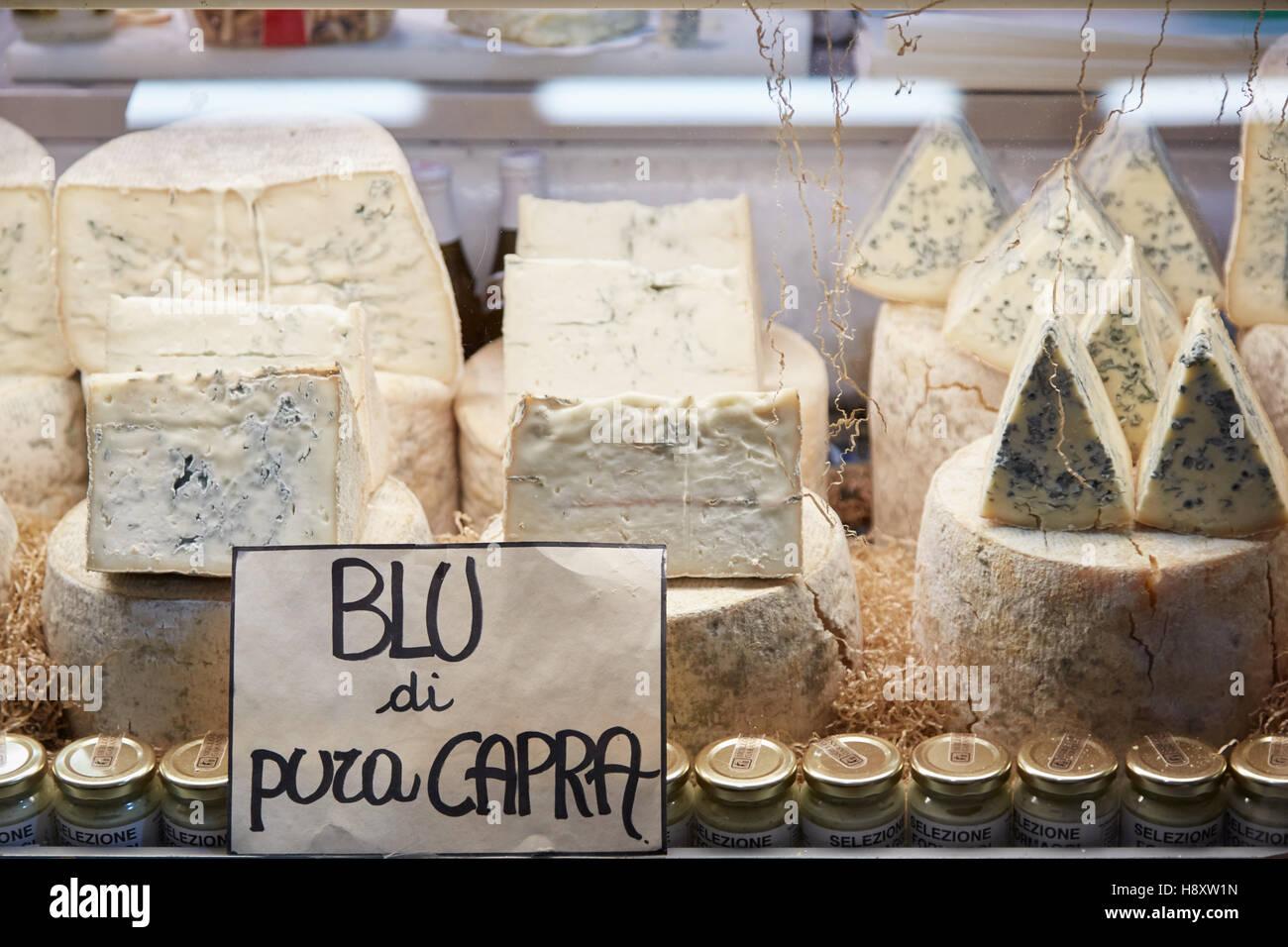 Il Blu dei formaggi di capra in vendita durante il Bianco di Alba Fiera del Tartufo di Alba, Italia Immagini Stock