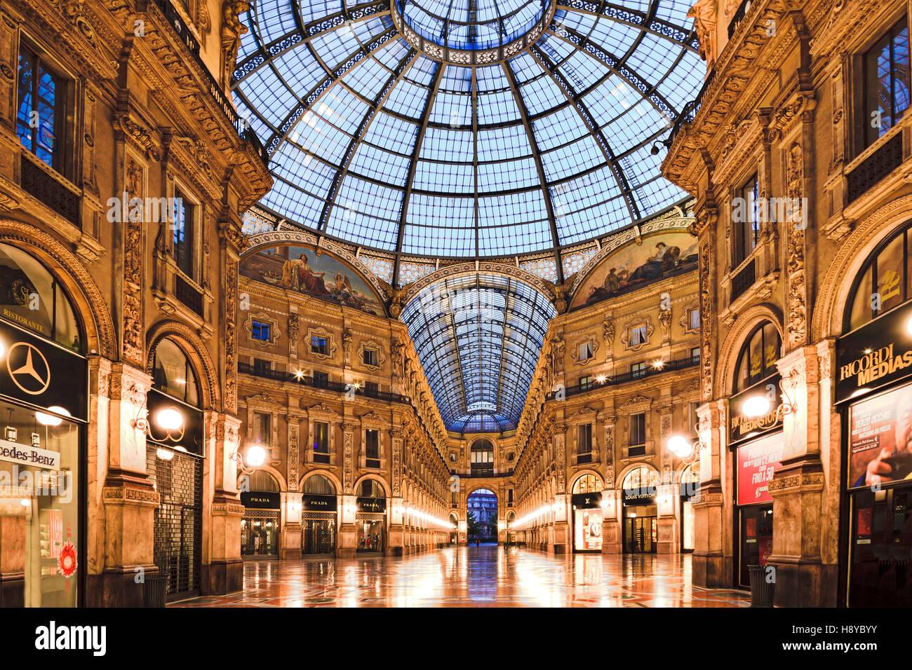 Milano, Italia - 18 Luglio 2013: Centro Commerciale Galleria Vittorio Emanuele II a sunrise prima di traffico pedonale Immagini Stock