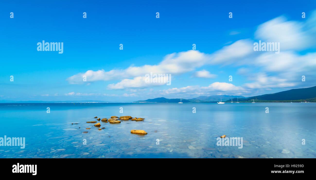 Le rocce in una panoramica baia mare. Fotografie con lunghi tempi di esposizione. Punta Ala, Toscana, Italia Immagini Stock