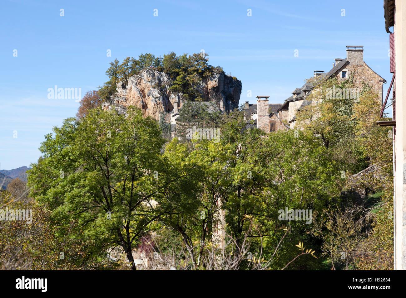 Una bassa angolazione su una parte del villaggio di Rodelle appollaiato sul suo sperone roccioso (Francia). Une Immagini Stock