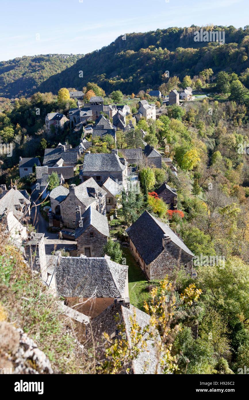 Un angolo alto shot sui tetti del villaggio di Rodelle appollaiato sul suo sperone roccioso (Francia). Les allasua Immagini Stock