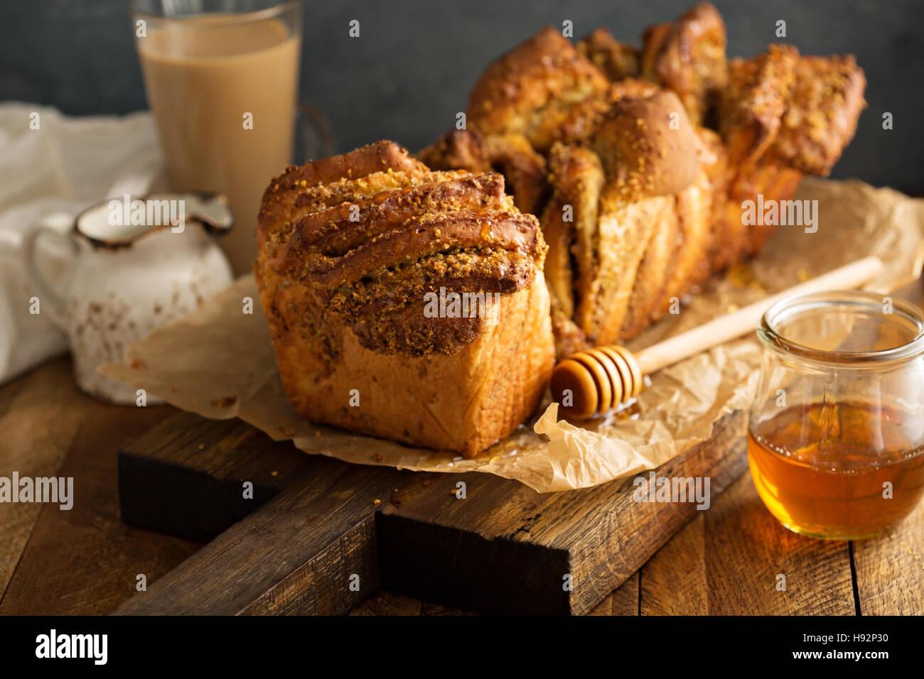 Miele e Noci pull-oltre il pane Immagini Stock