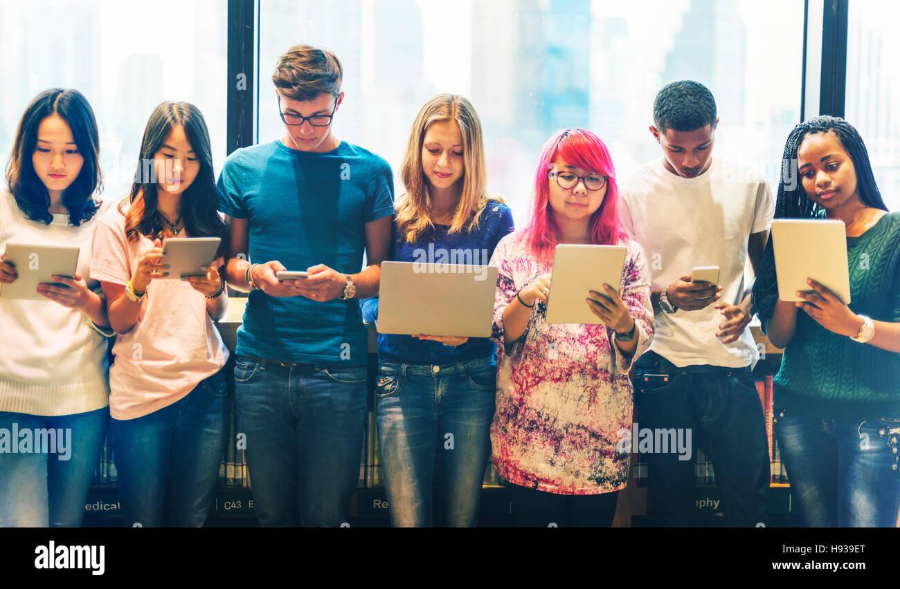 Dispositivi di tecnologia di team di studenti il concetto di apprendimento Immagini Stock