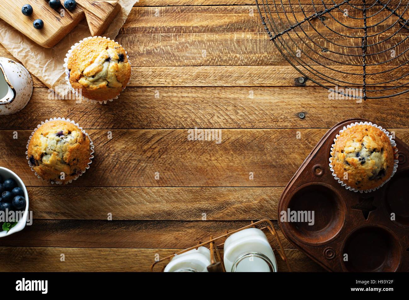 Pane appena sfornato muffin ai mirtilli in un ambiente rustico Foto Stock