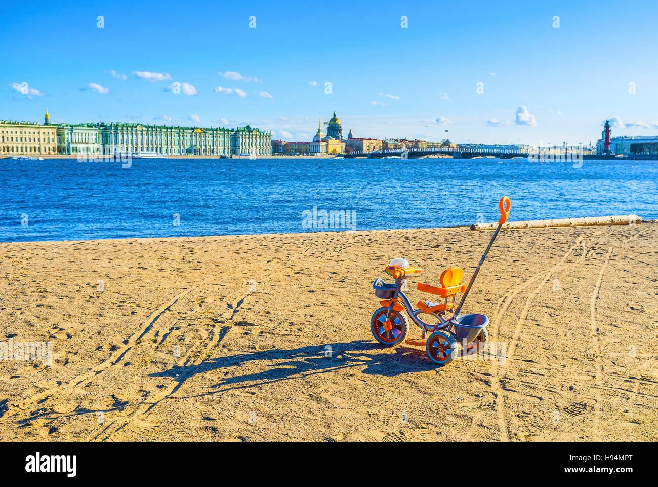 Giovani bike proprietario sa sui luoghi romantici e hanno scelto come miglior posto in anticipo, San Pietroburgo, Immagini Stock
