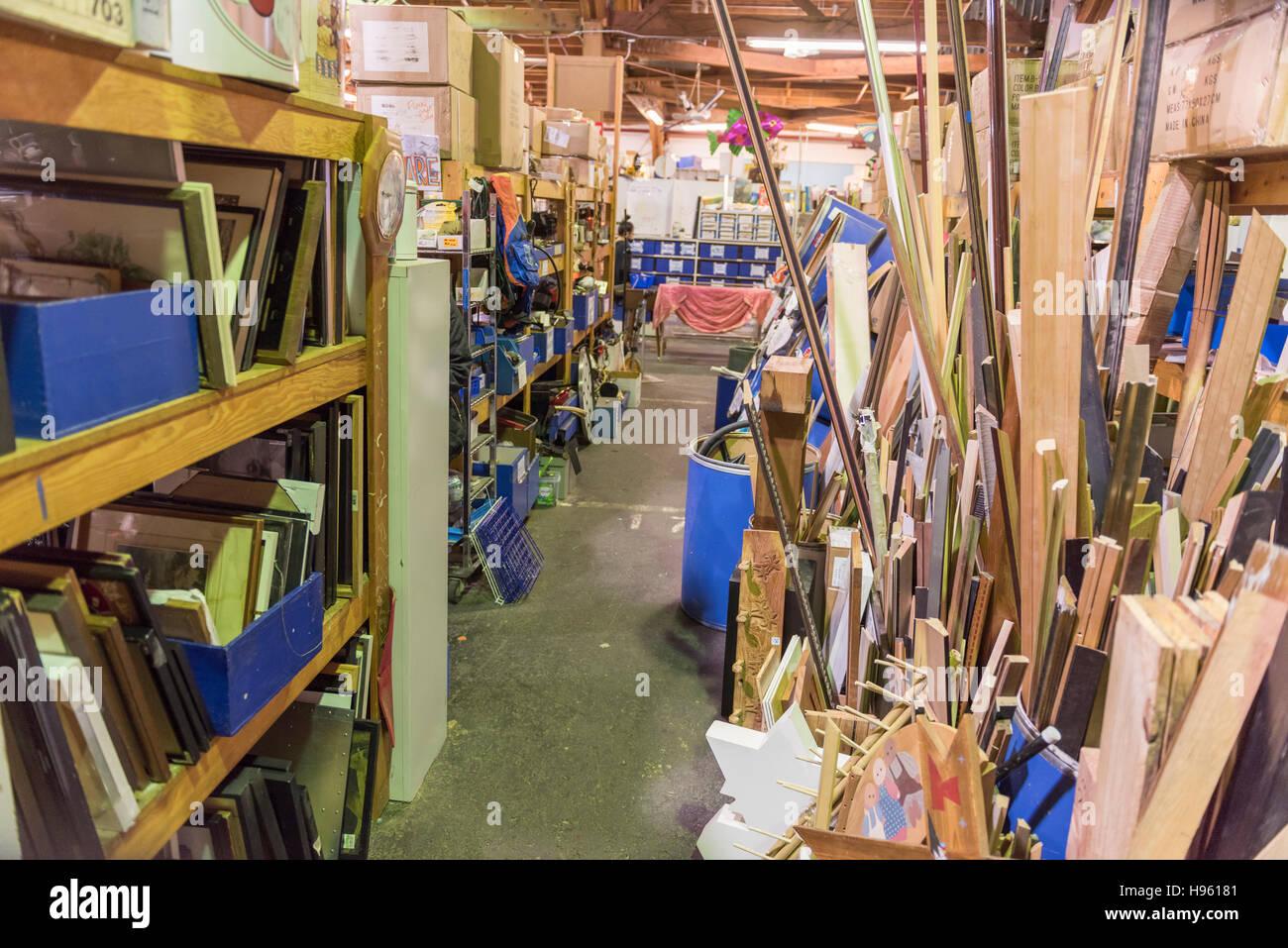 Vista interna di rottami, un creative re-cycling magazzino pubblico per materiali utili per il riutilizzo in progetti Immagini Stock