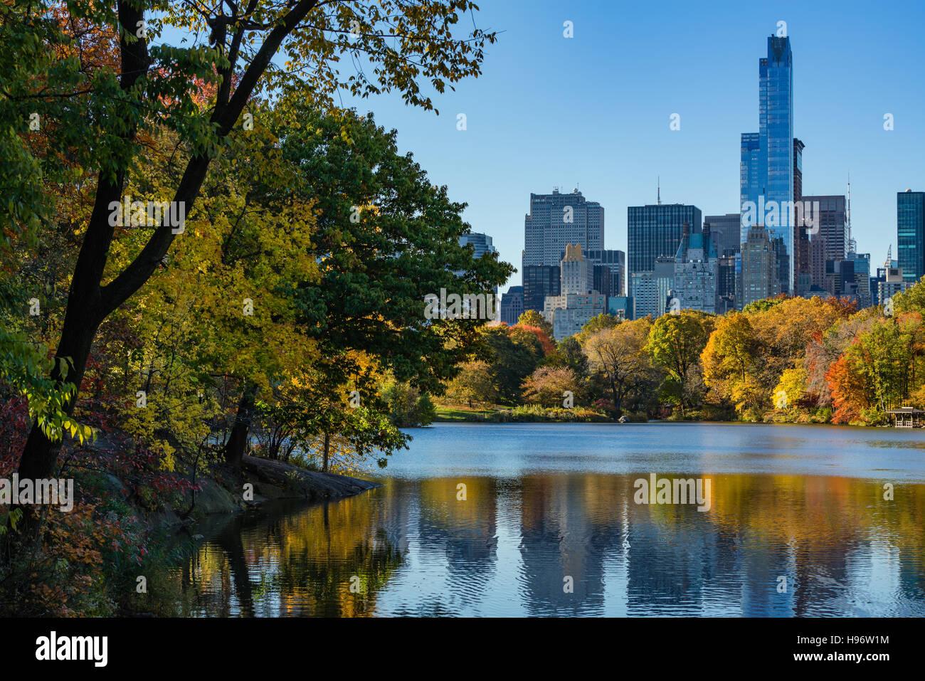 Autunno a Central Park sul lago con grattacieli di Midtown. Paesaggio urbano in vista di sunrise, Manhattan New Immagini Stock