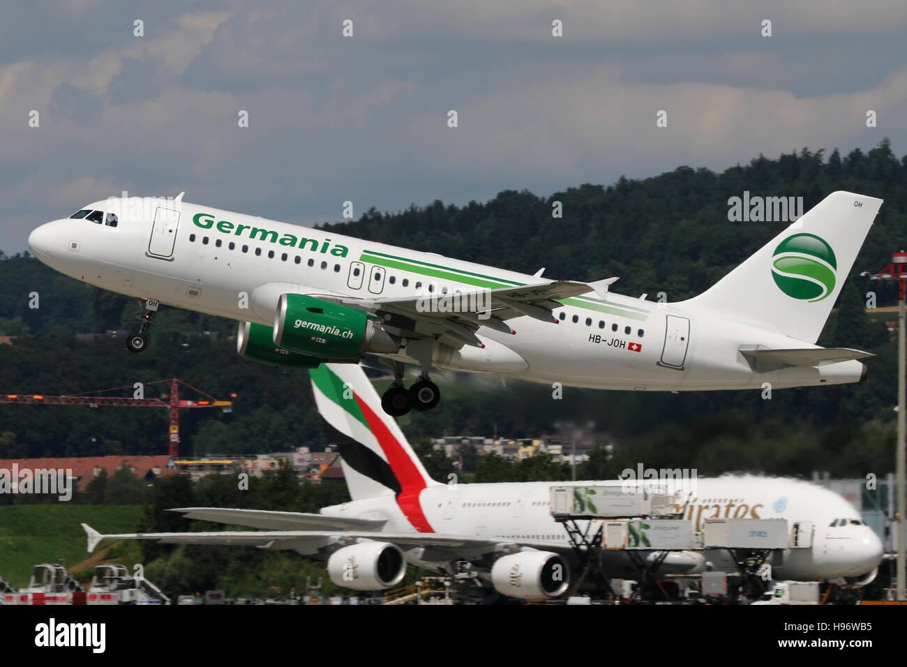 Zurich, Svizzera - 29 Luglio 2016: Germania, Airbus A319 è tenuto fuori all'aeroporto di Zurigo Immagini Stock
