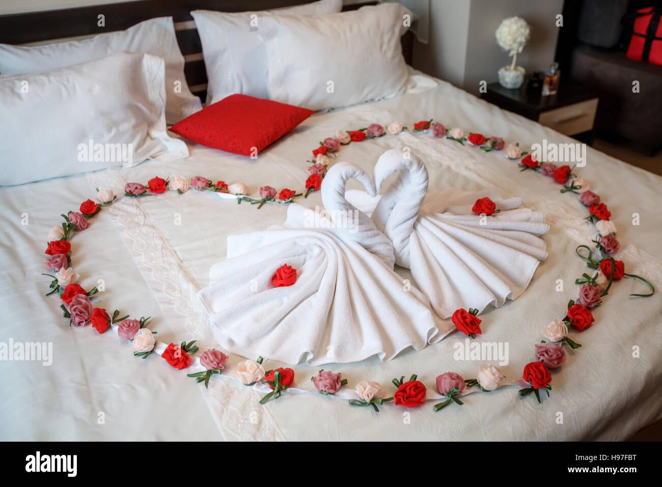 Due cigni fatta di asciugamani formando forma di cuore sul ...