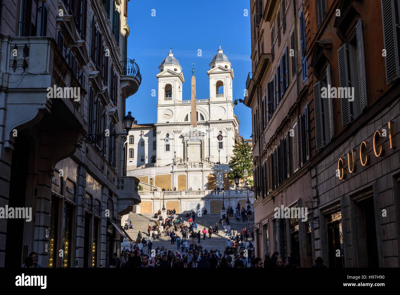 ffe70d56989 Vista da Via dei Condotti verso la scalinata di Piazza di Spagna e la  chiesa di Trinità dei Monti in Piazza di Spagna.