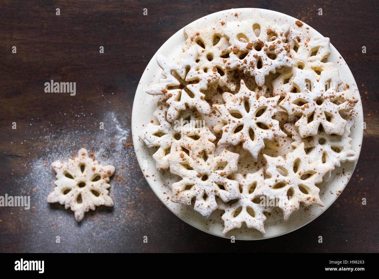 In casa il simbolo del fiocco di neve i cookie su una piastra. Immagini Stock