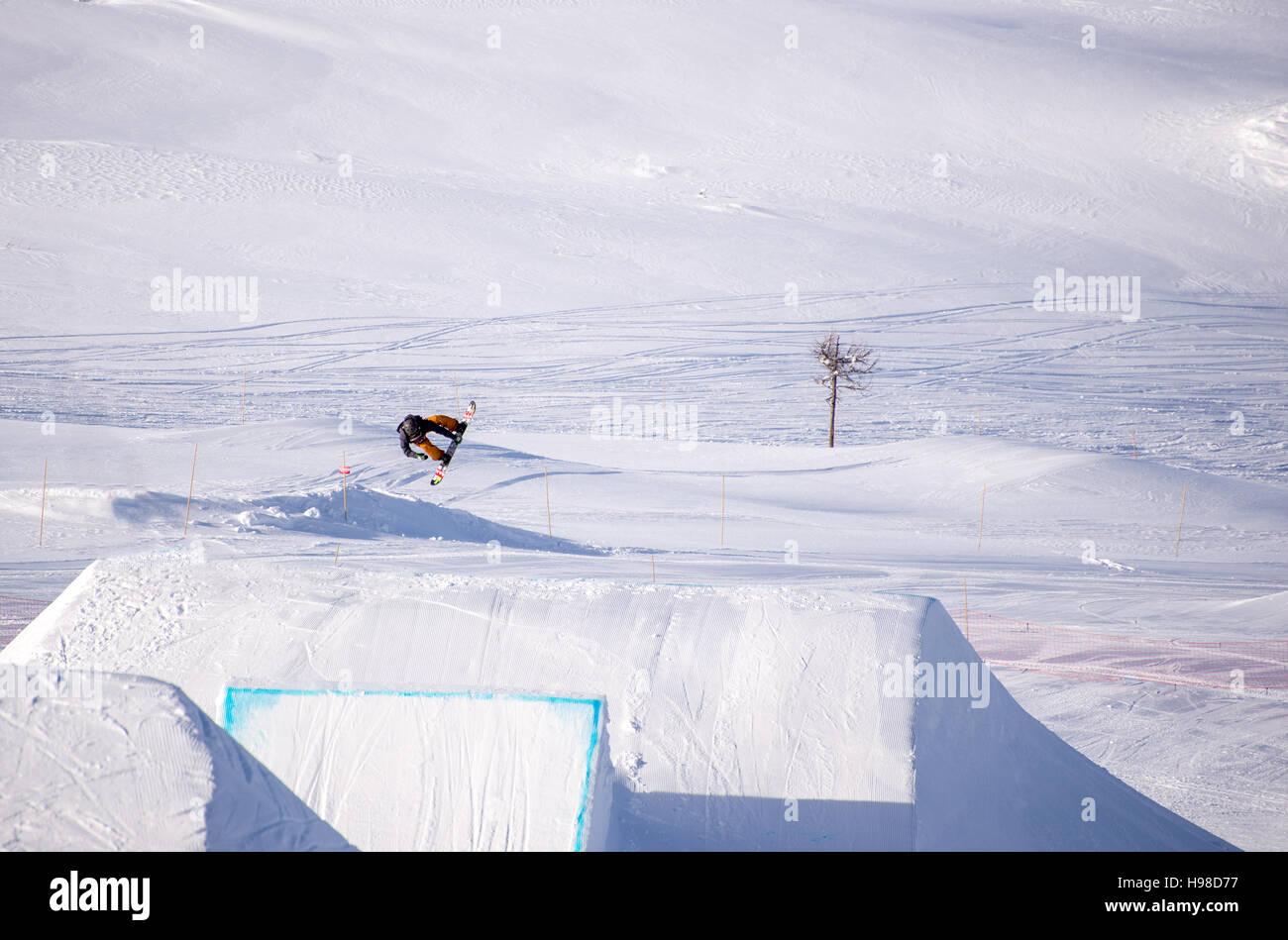 Snowboarder spinning facendo un grab in aria Immagini Stock