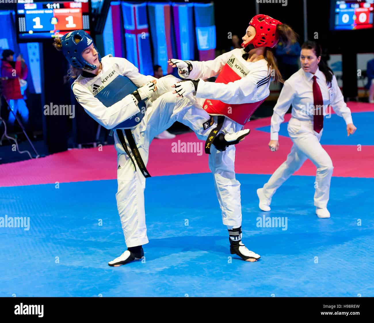 Burnaby, Canada. 19 Novembre, 2016. WTF World Taekwondo Junior Championships Nadia Savkovic (SRB) blu, e Lia Moorby Immagini Stock