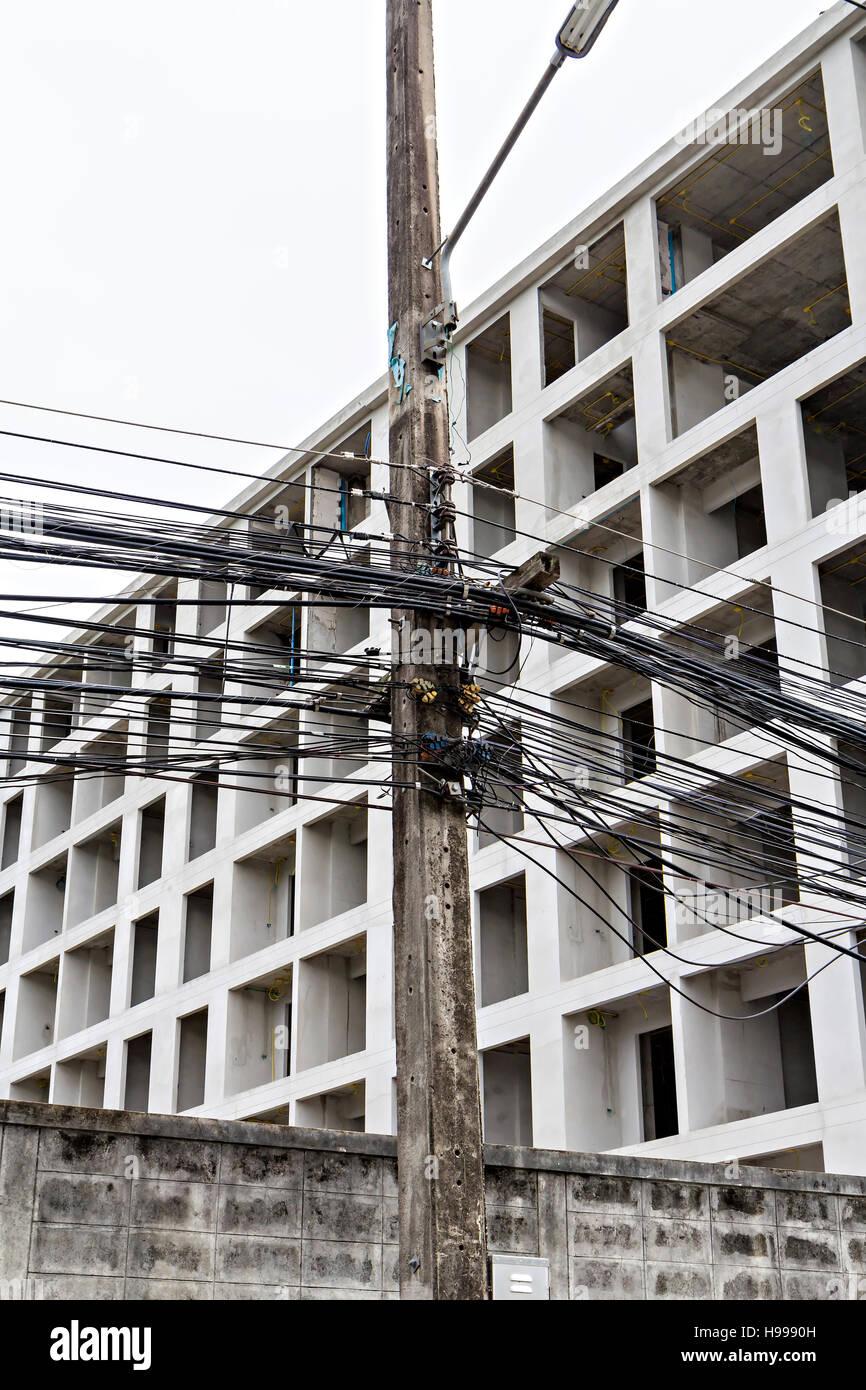 Fili caotica su elettricità post Immagini Stock