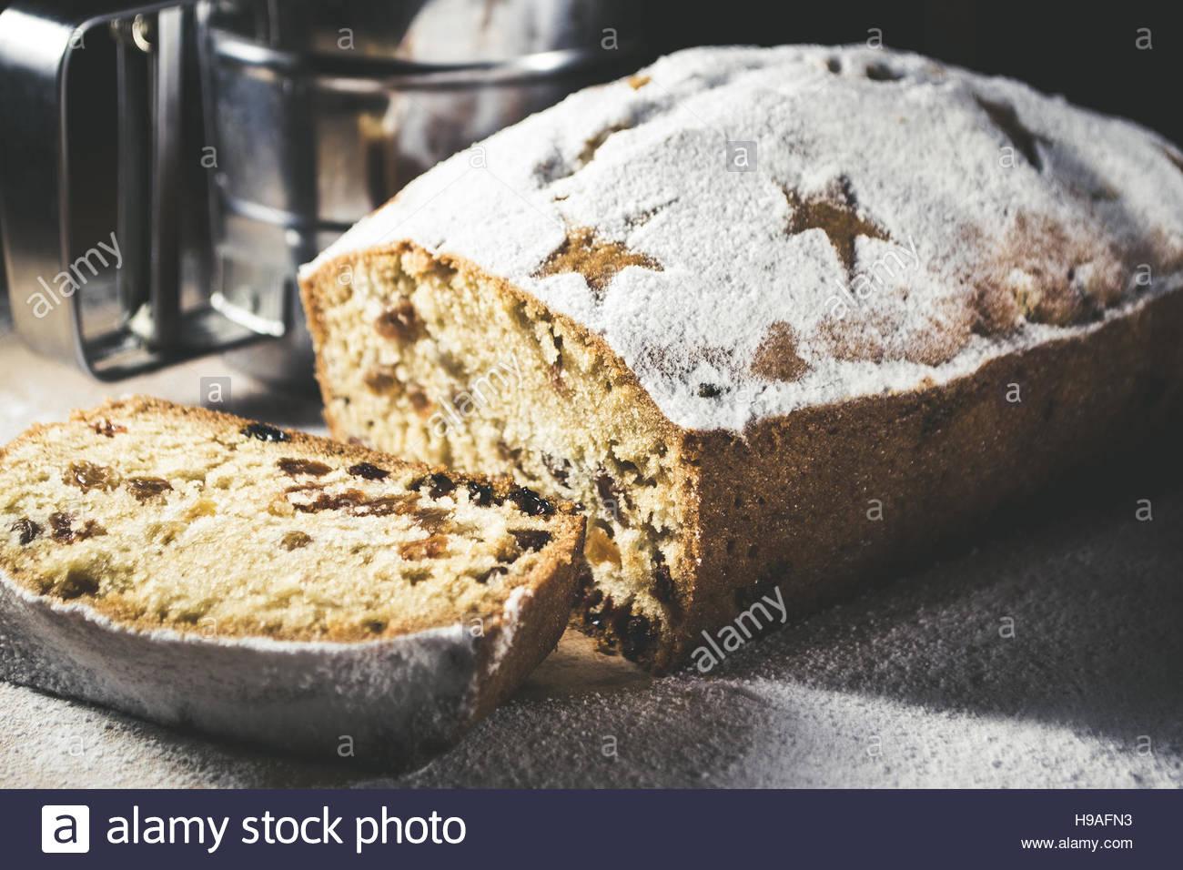 La torta con lo zucchero in polvere sul tavolo Immagini Stock